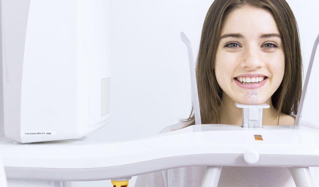 Joven haciendose una radiografía dental